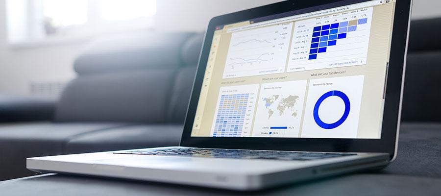 Laptop mit Statistiken