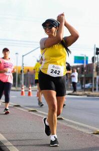 Frau läuft einen Marathon