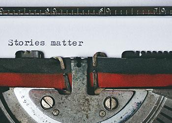 Schreibmaschine mit Text Stories matter