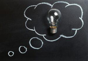 Denkblase mit Glühbirne