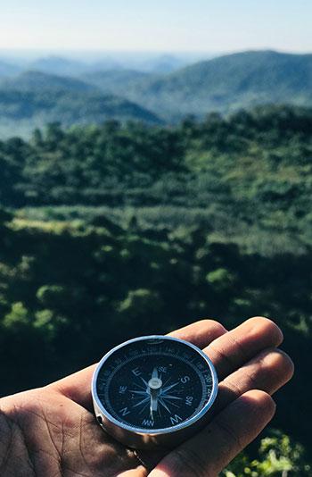 Hand hält Kompass