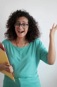 Mann sitzt frustriert vor Laptop