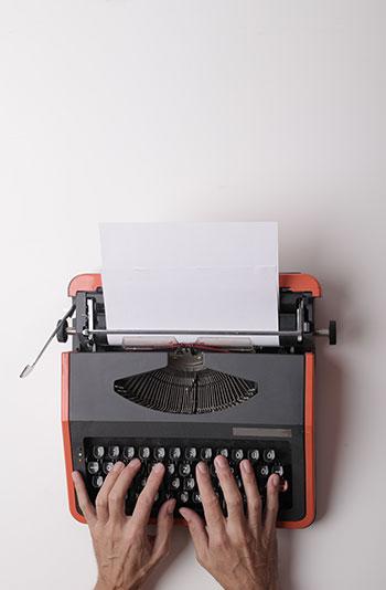 Person bedient Schreibmaschine
