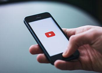 iPhone mit YouTube App
