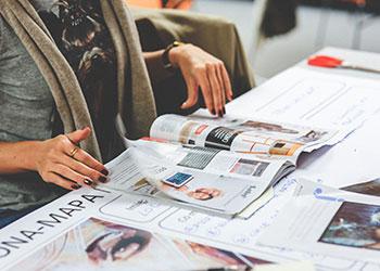 Frau blättert in Zeitschrift